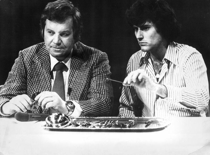 """Als beim Fernsehen noch alle zuguckten: Uri Geller verbiegt 1974 Löffel bei Wim Thoelke (1927 - 1995). Der Moderator führte durch 219 Ausgaben der Quizshow """"Der große Preis"""", die auch durch die von Loriot gezeichneten Figuren Wum (""""Thöööölke!"""") und Wendelin zum TV-Klassiker wurde. Seine Karriere hatte Thoelke indes bei einer anderen Sendung begonnen ..."""