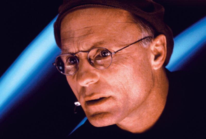 """Klar: Es handelt sich um Ed Harris. 1998 spielte er den Verantwortlichen der """"Truman Show"""" (Bild), drei Jahre zuvor in """"Apollo 13"""" den NASA-Flugdirektor Gene Kranz. Jüngeren Zuschauern dürfte er als """"Mann in Schwarz"""" aus der """"Westworld""""-Serie bekannt sein. Immer wieder spielt der mehrfach für den Oscar nominierte Schauspieler aber auch größere Rolle."""