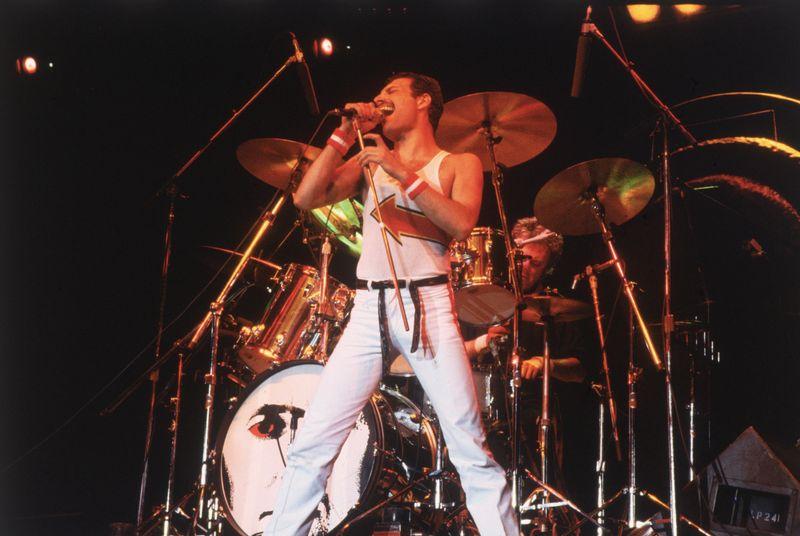 Queen-Frontmann Freddie Mercury ist wohl einer der bekanntesten Stars, die an HIV litten. Ungeklärt ist bis heute, wann er seinen Bandmitgliedern von der Erkrankung erzählte. Denn erst kurz vor seinem Tod bestätigte Freddie Mercury öffentlich, dass er an AIDS erkrankt sei. Am 24. November 1991 verstarb der Sänger.