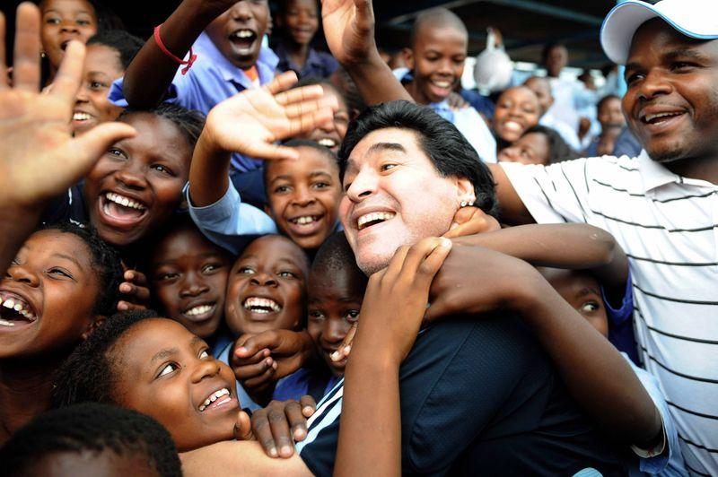 Bis zuletzt wurde Diego Armando Maradona von seinen Fans weltweit geliebt und verehrt. Weil er einer der besten Fußballer war, die die Welt je gesehen hat. Und weil er eben auch einer war, der mit seinem eigenen Schicksal zu kämpfen hatte. Doch Maradona stand immer wieder auf. Bis zum 25. November 2020 ...