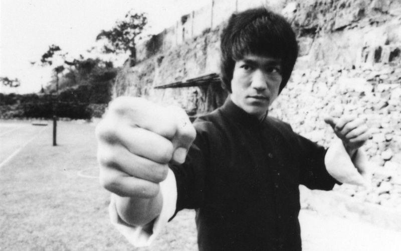 Am 27. November wäre Bruce Lee 80 Jahre alt geworden. Doch das Leben der Kampfkunstlegende endete tragisch, Lee wurde nur 32 Jahre alt. Anlässlich des Todestages des Hong-Kong-Schauspielers zeigen wir Ihnen die 15 größten Helden des Martial-Arts-Genres.