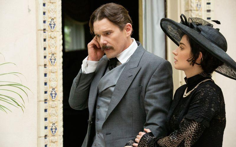 Nikola Tesla (Ethan Hawke) hat eine Affäre mit Anne Morgan (Eve Hewson), der Tochter des Bankers J. P. Morgan.