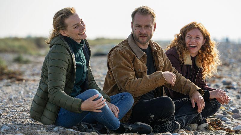 Drei, die sich gefunden haben: Tierarzt Hauke Jacobs (Hinnerk Schönemann), Kommissarin Hannah Wagner (Jana Klinge, links) und Haukes Assistentin Jule Christiansen (Marleen Lohse).