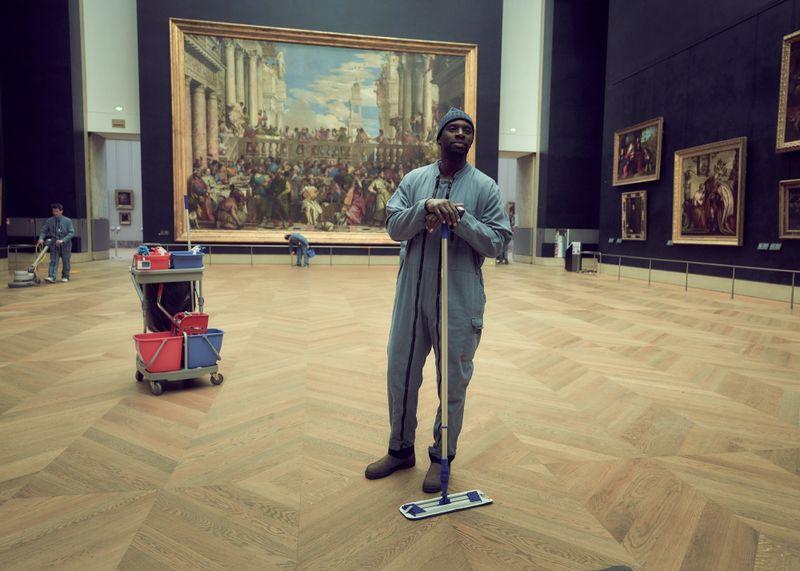 Assane Diop (Omar Sy) wird normalerweise kaum wahrgenommen und kann sich ungehindert im Louvre umsehen.