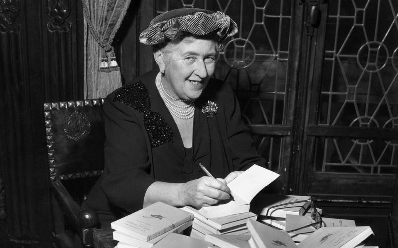 Vor 45 Jahren, am 12. Januar 1976, starb eine der bekanntesten Schriftstellerinnen aller Zeiten: Agatha Christie. Die 1890 in Südengland geborene Krimiautorin veröffentlichte Dutzende Romane, Bühnenstücke und Kurzgeschichten - von denen viele verfilmt wurden.
